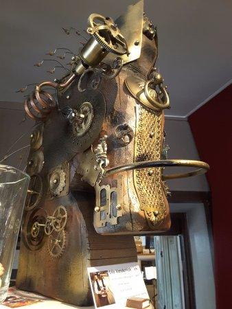 Auberge Le Cheval Blanc: Très belle sculpture métallique d'un cheval (le nom de l'artiste est visible au bas de la photo)