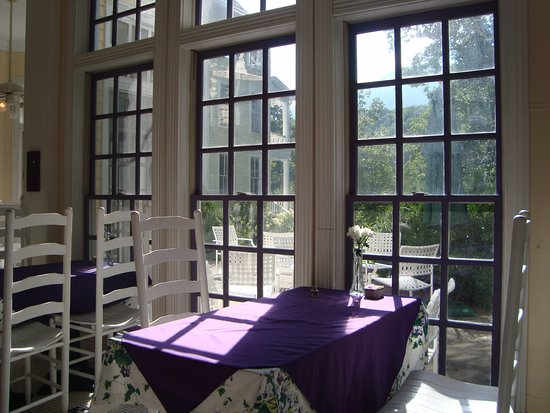 Balsam Mountain Inn & Restaurant: Lovely dining area looking out over the gardens.