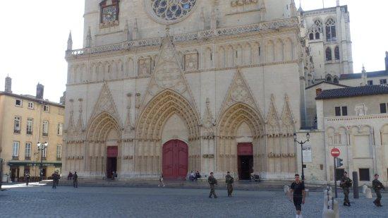 Cathedral Saint Jean Baptiste: Ambiente seguro...