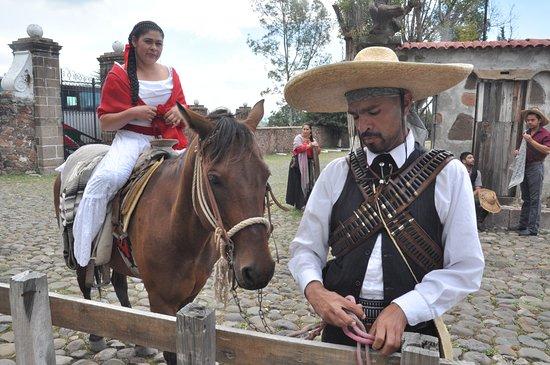 Zofronio y su adelita llegando al cuartel Revolucionario Mision la Muralla.
