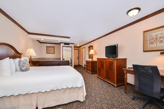 Sandpoint, ID: King specialty room with whirlpool bath