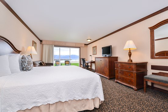 Sandpoint, ID: King specialty room with extra seating and wetbar (not stocked)