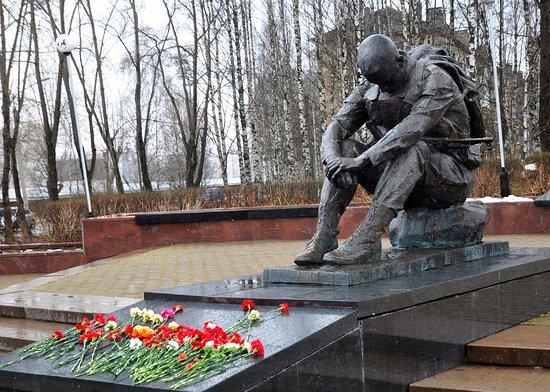 Вид на памятник вечером - Изображение Памятник Скорбящий войн, Сыктывкар -  Tripadvisor