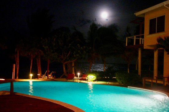 Laru Beya Resort & Villas: Pool by night