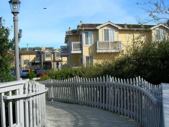 Pelican Inn & Suites: Exterior
