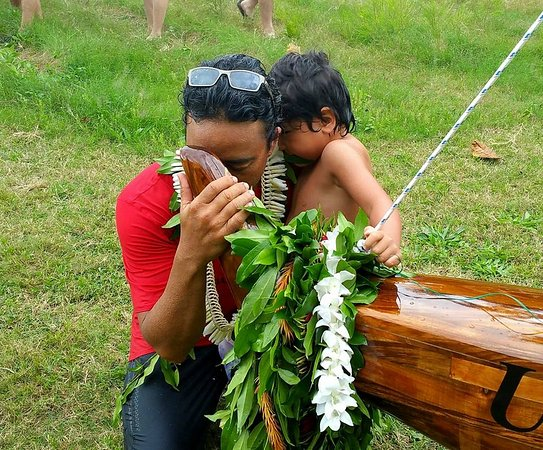 Kaneohe, Hawaï : Owner Nakoa and his son after the blessing of the koa canoe he just built.