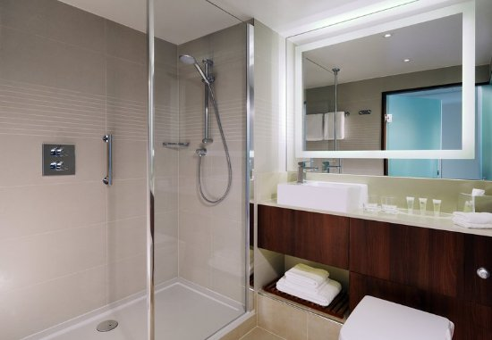 Courtyard by Marriott Cologne: Guest Bathroom