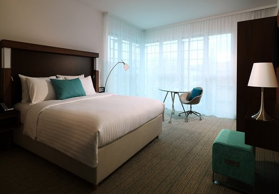 Courtyard by Marriott Cologne: Corner King Guest Room