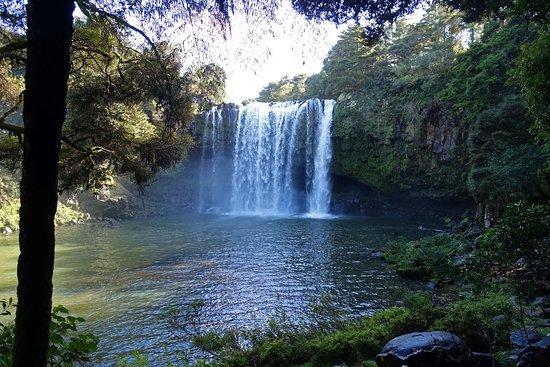 Kerikeri, New Zealand: Bei Sonne zeigt sich in der Gischt ein toller Dauer-Regenbogen.