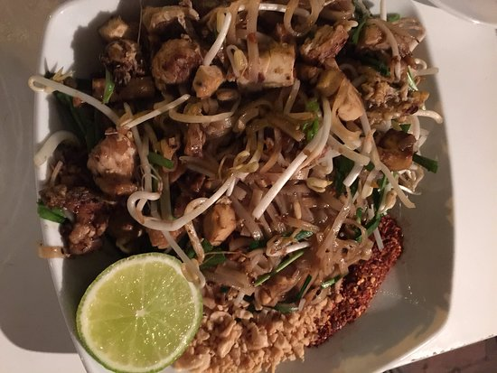 Dhom's Kitchen: pad Thai chicken