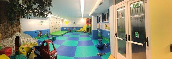 Alpino Family Hotel: Sala mini club interna, scorcio gaia splash, giardino esterno area gioco bambini