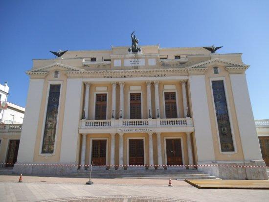 Teatro Vittoria: Facciata neoclassica del 1930