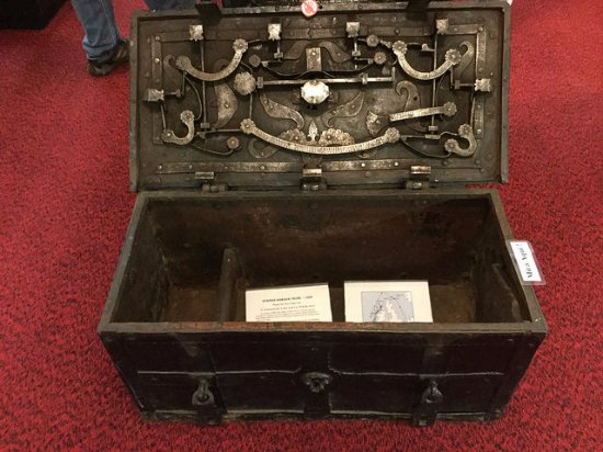 Terryville, คอนเน็กติกัต: Old Spanish locking sea chest