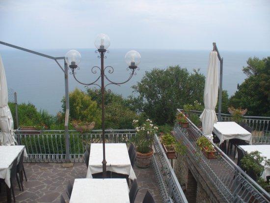Fiorenzuola di Focara, إيطاليا: Vista dalla prima terrazza