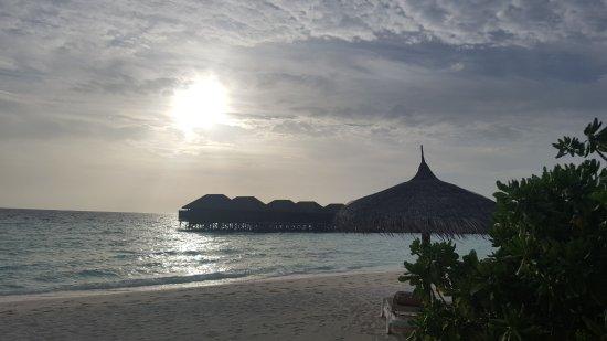 Veligandu Island Resort & Spa: Sonnenuntergang vom Beachbungalow
