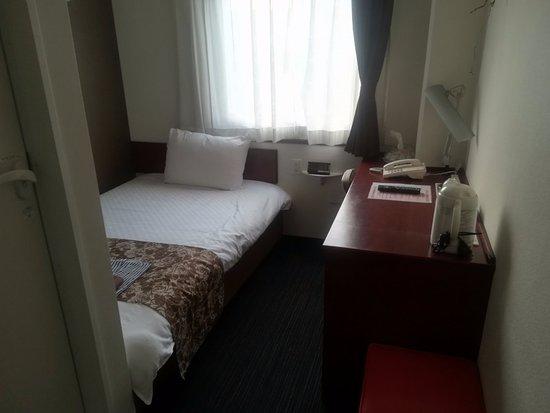 Kumamoto KB Hotel : 【熊本KB】シングルルーム、ベッド手前の壁にテレビ有り