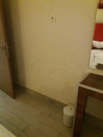 Hotel SideKum: Wände Feuchtigkeit