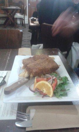 Greenock, ออสเตรเลีย: Porterhouse schnitzel, cooked to perfection