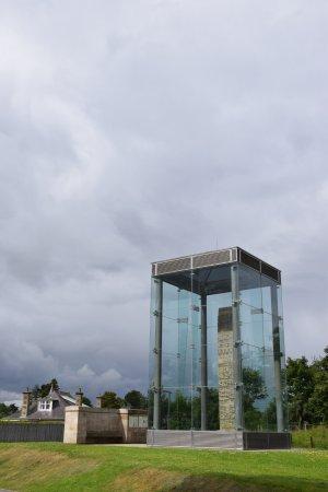 Sueno's Stone ter bescherming in een glazen kast.