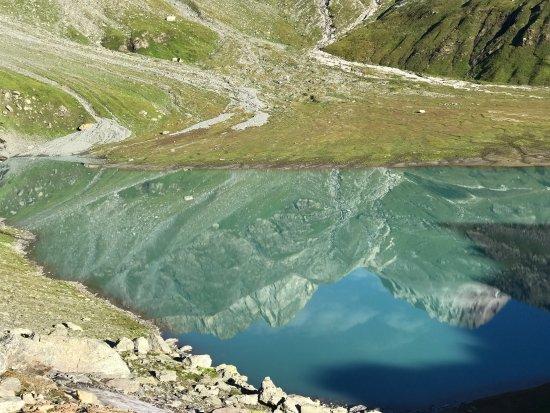 Pralognan-la-Vanoise, France : Tel un miroir ce lac vous renvoie l image des montagnes qui lui font face.