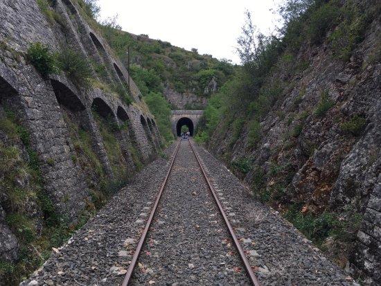Sainte-Eulalie-de-Cernon, França: Passage du tunnel en vélorail.