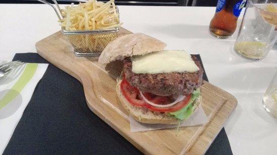 A Taberna da Feira: Esta es la hamburguesa de 300g que pedí para la comida y la verdad es que no se ni como logre ac
