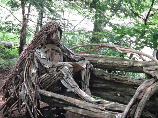 https://media-cdn.tripadvisor.com/media/photo-s/10/14/5c/5b/des-sculptures-en-bois.jpg