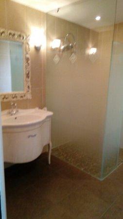 Belle salle de bain avec grande douche à l\'italienne - Picture of ...
