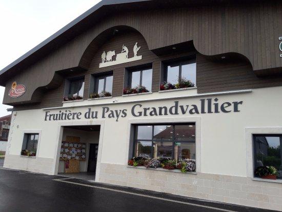 Saint-Laurent-en-Grandvaux, Francja: Entrée de la fruitière, un parking d'une quinzaine de places est devant.