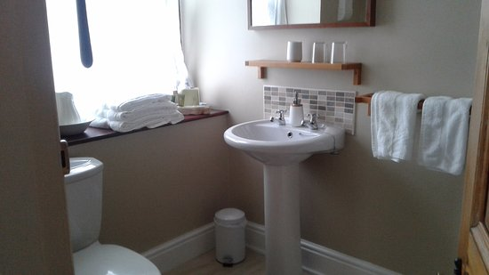 Llanfair, UK: A lovely spacious bathroom .