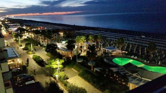 Panoramiche della spiaggia con la bella piscina dello stabilimento ...