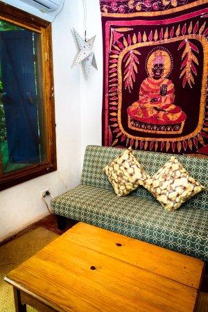 Hostal La Buena Onda: Habitacion privada con baño en suite y A/A