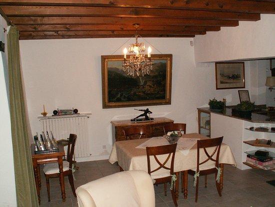 Maison d'hotes Bidachuna: salle a manger atteante au salon