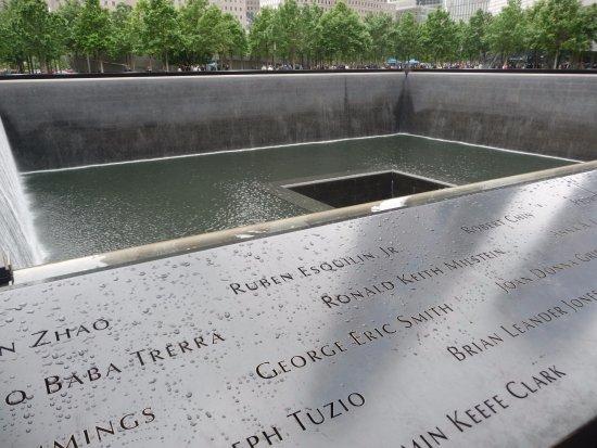 Best Western Plus Hospitality House: L'un des deux mémorial de Ground Zero : deux immenses fontaines avec tous les noms des victimes