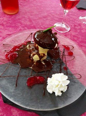 Ayen, Fransa: cèpe glace vanille au chocolat chaux et coulis framboise