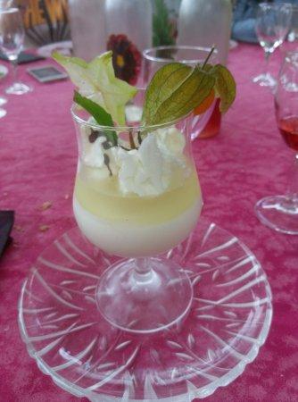 Ayen, France: La superbe Panacotta à la poire avec une gelée de poire aromatisée à  la menthe et whisky