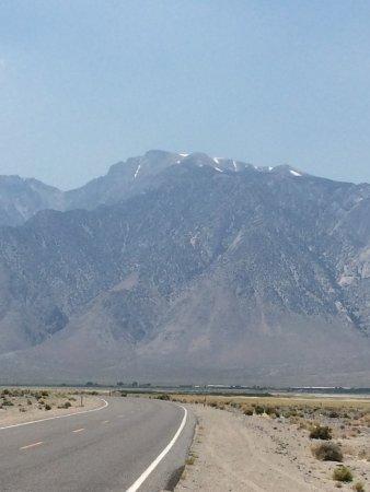 Die Strasse vom Hotel in Richtung Death Valley, Blick zurück in Richtung Olancha.