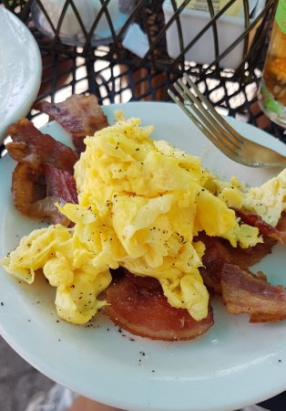 Crissy's Breakfast & Coffee Bar : scrambled eggs and bacon