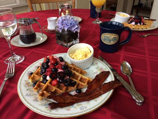 Blue Goose Inn Bed and Breakfast: Best maple bacon, eggs, & waffles ever!