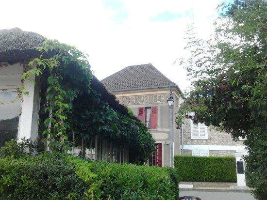 Lavacourt, France: A gauche salle de restaurant couverte et derrière la cuisine et bar les Cannotiers