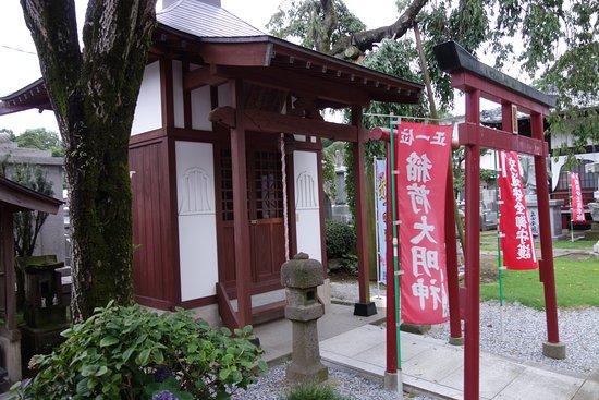 Oyama, Japan: 目の神様は門を入ってすぐの左側