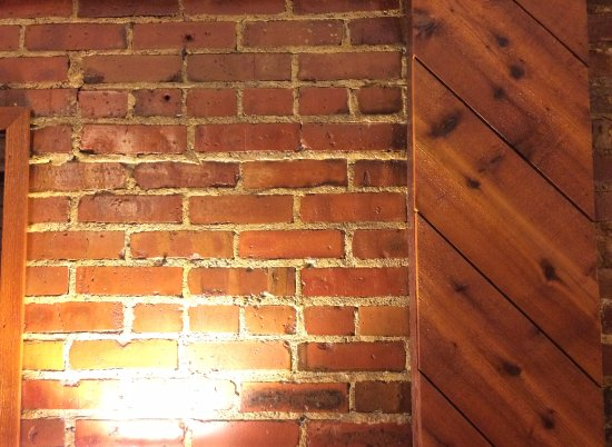 Canyon Inn: Lovely warm glow of red brick and pine in our room