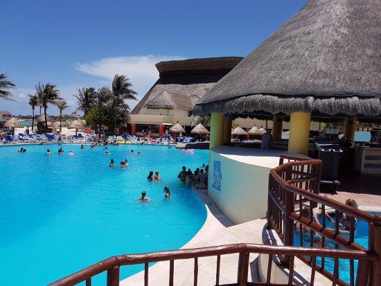 La piscina con bar picture of grand bahia principe for Piscina bahia