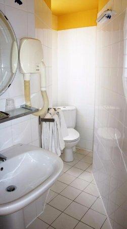 salle de bains - picture of hotel bellevue paris montmartre, paris ... - Image Salle De Bains