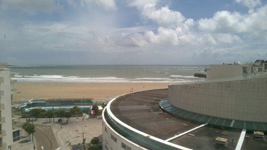 Kyriad Les Sables D'Olonne - Plage : La grande plage vue de la terrasse