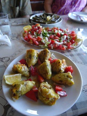 Pervin Teyze : Stuffed squash flowers, salad and stuffed vine leaves