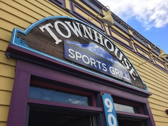 Townhouse Sports Grill: Nice location in town