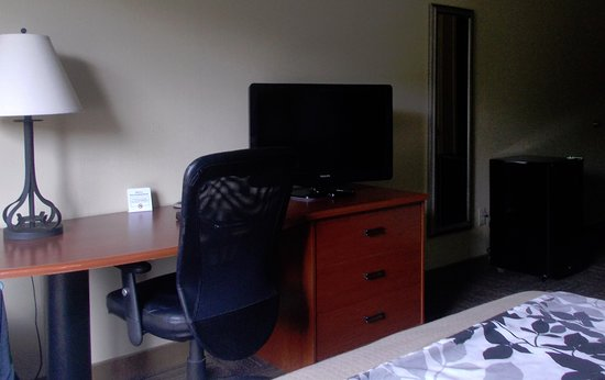 Sleep Inn & Suites : Desk, TV, fridge
