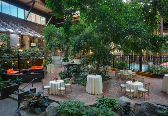 Seattle Airport Marriott: Atrium - Reception Setup