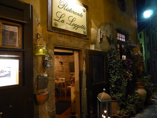 La Loggetta - La Locanda nel Loggiato : The front door of the restaurant (however there is a seating area opposite too)